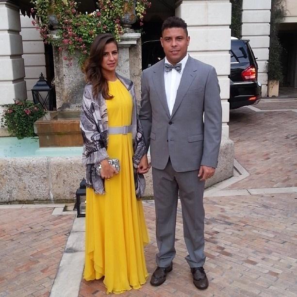 4.mai.2013 - Elegante, Ronaldo posa ao lado da namorada