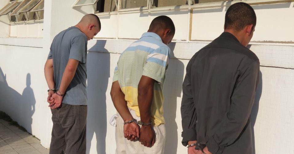 4.mai.2013 - Polícia prende três suspeitos de assaltar um restaurante no bairro de Pinheiros, zona oeste de São Paulo, neste sábado (4). Duas armas foram apreendidas com o trio