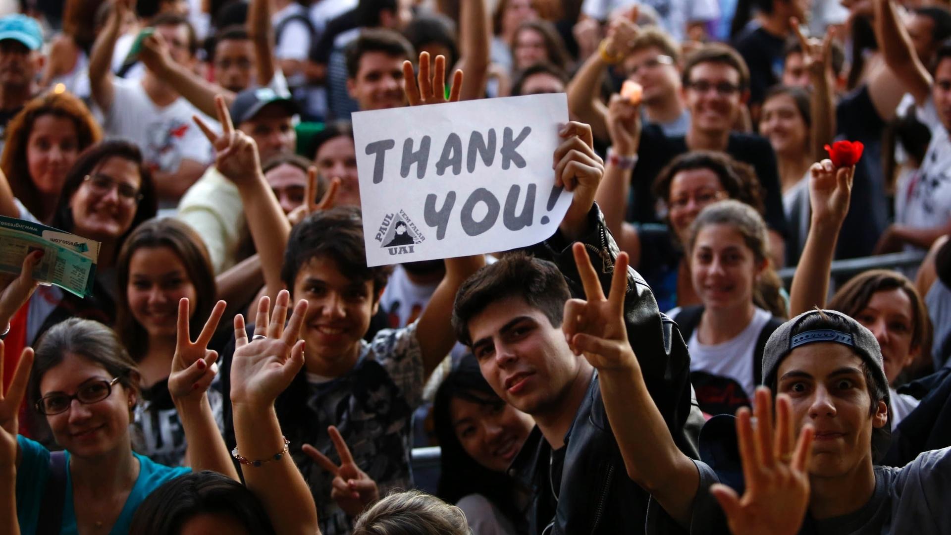 4.mai.2013 - Segurando cartazes, fãs esperam pelo show de Paul McCartney no Estádio do Mineirão, em Belo Horizonte
