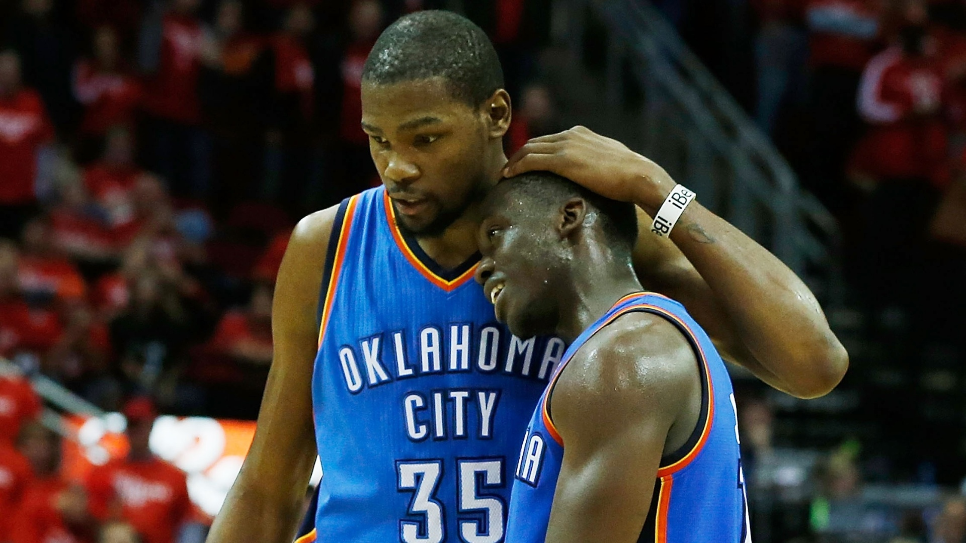 Kevin Durant (e) e Reggie Jackson comemoram classificação do Thunder para as semifinais dos playoffs da NBA
