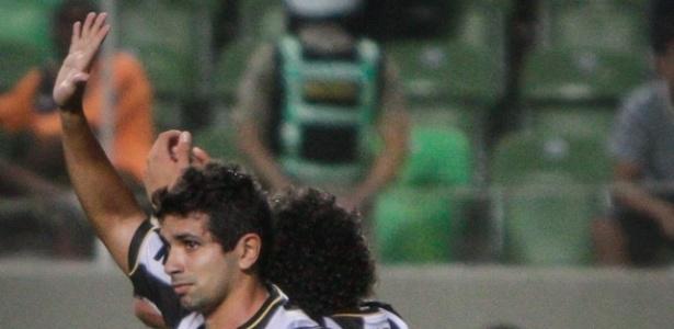 05/05/2013 - Guilherme acena para os torcedores do Atlético-MG no Independência
