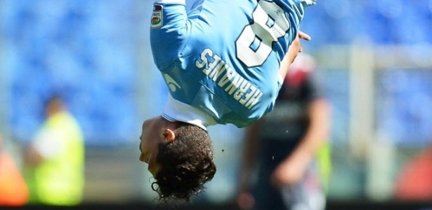 05.mai.2013 - Brasileiros Hernanes comemora depois de fazer um dos gols na goleada da Lazio por 6 a 0 diante do Bologna, pelo Campeonato Italiano
