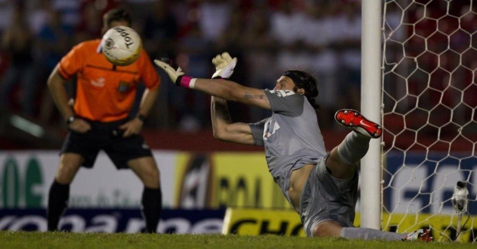 05.mai.2013 - Cássio, goleiro do Corinthians, pega pênalti cobrado por Luis Fabiano na semifinal do Paulistão