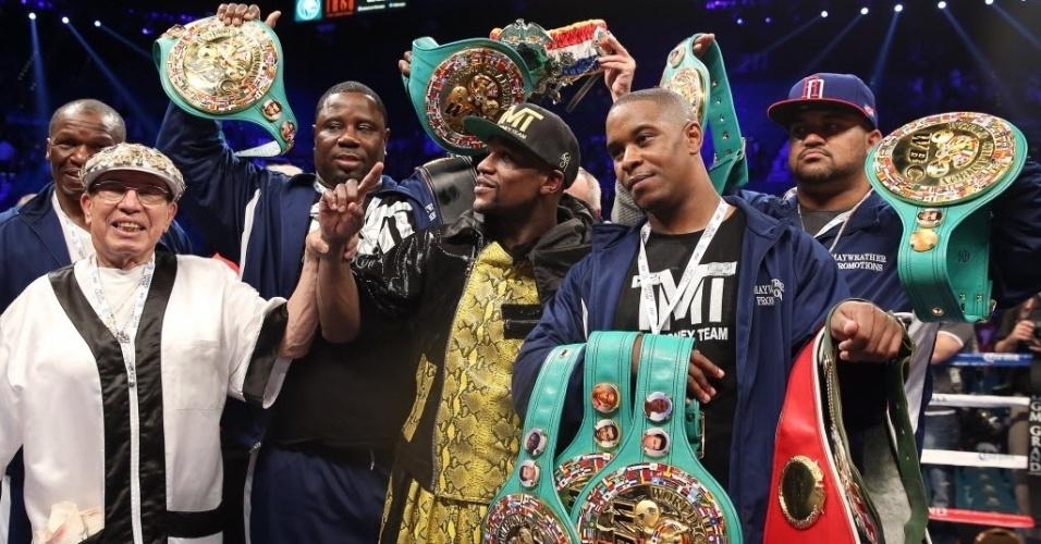 05.mai.2013 - Floyd Mayweather Jr., ainda invicto na sua carreira, exibe seus cinturões após derrotar Robert Guerrero por pontos; Mayweather tem agora 43 vitórias em 43 lutas, sendo 26 delas por nocaute