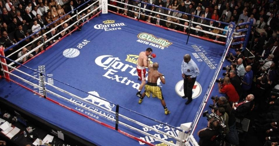 05.mai.2013 - Floyd Mayweather Jr. troca golpes com Robert Guerrero durante luta na Grand Garden Arena, em Las Vegas, na madrugada deste sábado
