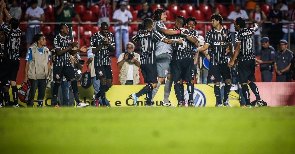 05.mai.2013 - Jogadores corintianos fazem festa após a vitória nos pênaltis sobre o São Paulo, que garantiu o time na final do Paulista