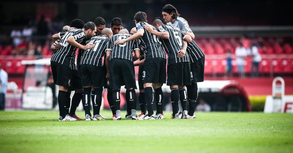 05.mai.2013 - Jogadores do Corinthians fazem corrente no gramado antes da partida contra o São Paulo, no Morumbi