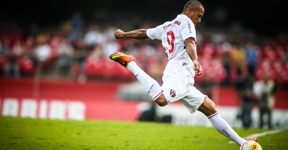 05.mai.2013 - Luis Fabiano, atacante do São Paulo, chuta ao gol de Cássio no duelo contra o Corinthians, pela semi do Paulista