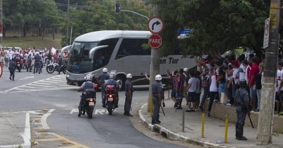 05.mai.2013 - Ônibus do Corinthians chega ao Morumbi para o clássico contra o São Paulo, na semifinal do Paulistão