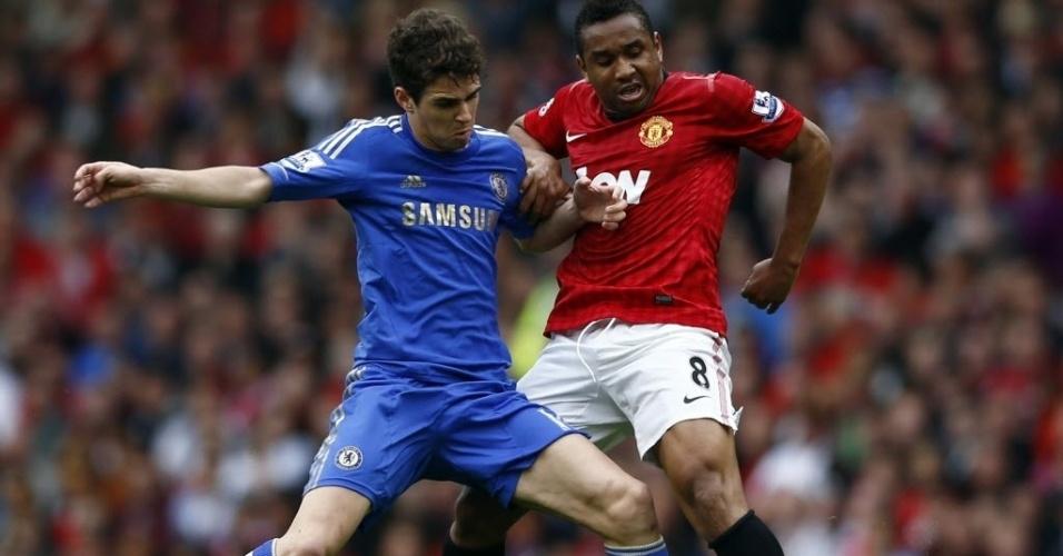 05.mai.2013 - Oscar, meia brasileiro do Chelsea, tenta proteger a bola da marcação do compatriota Anderson, do Manchester United, em partida do Campeonato Inglês