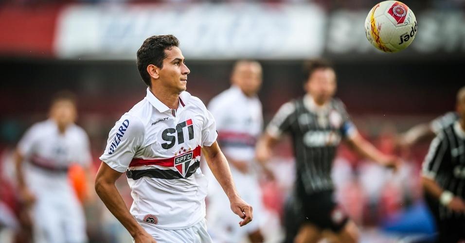 05.mai.2013 - Paulo Henrique Ganso observa a bola antes de dominá-la em lance do clássico contra o Corinthians
