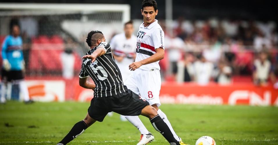 05.mai.2013 - Ralf, volante do Corinthians, marca Paulo Henrique Ganso, do São Paulo, em clássico no Morumbi