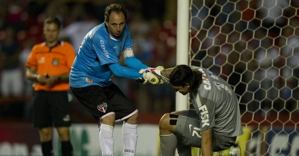 05.mai.2013 - Rogério Ceni ajuda Cássio a se levantar após superar o goleiro corintiano e converter o pênalti na semi do Paulista