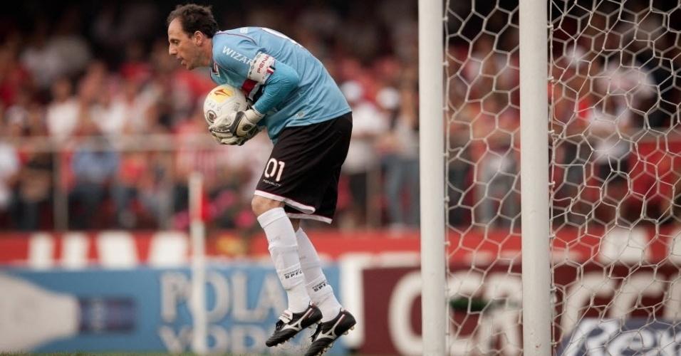05.mai.2013 - Rogério Ceni, do São Paulo, encaixa a bola em defesa após cobrança de falta do Corinthians