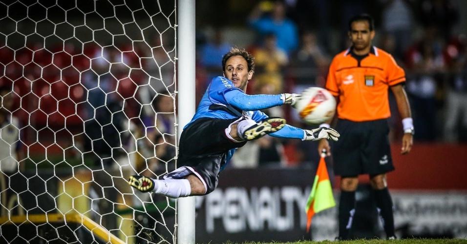 05.mai.2013 - Rogério Ceni pula para o canto esquerdo e vê a bola ir no direito em cobrança de pênalti