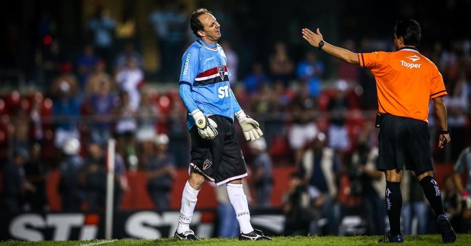 05.mai.2013 - Rogério Ceni reclama com o árbitro, que mandou voltar a cobrança de Alexandre Pato após adiantada do goleiro