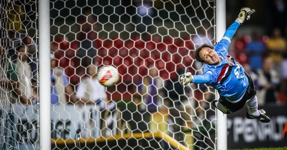 05.mai.2013 - Rogério Ceni se estica, mas não consegue pegar cobrança de Douglas, a primeira do Corinthians