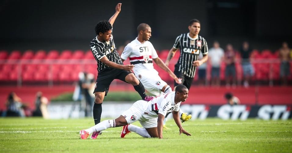 05.mai.2013 - Romarinho, atacante do Corinthians, pisa no volante Wellington, do São Paulo, durante clássico no Morumbi