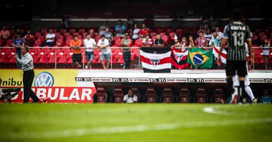 05.mai.2013 - Tite orienta a equipe do Corinthians durante o confronto contra o São Paulo, no Morumbi