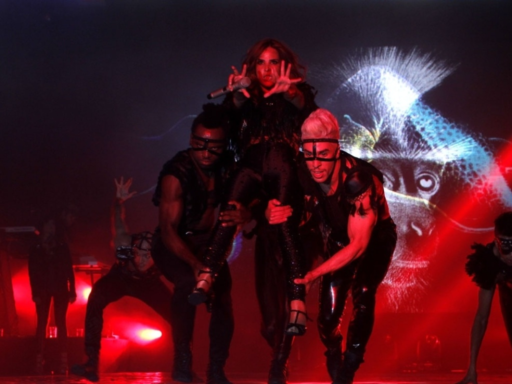 5.mai.2013 - Bailarinos carregam a Wanessa pelo palco da
