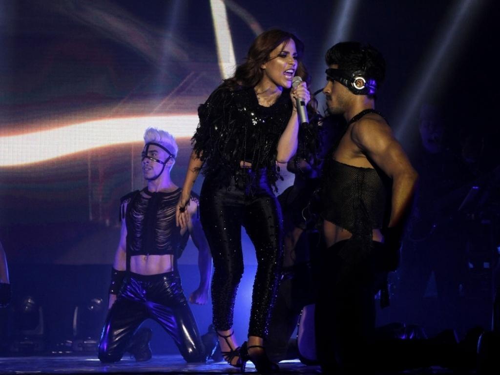 5.mai.2013 - Cantora Wanessa divide o palco com os dançarinos da