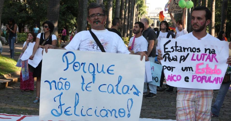 """5.mai.2013 - Manifestantes fazem protesto em Belo Horizonte contra o deputado federal Marco Feliciano (PSC-SP), pastor evangélico e atual presidente da Comissão de Direitos Humanos da Câmara dos Deputados. Feliciano é associado a declarações e propostas homofóbicas, como a """"cura gay"""""""