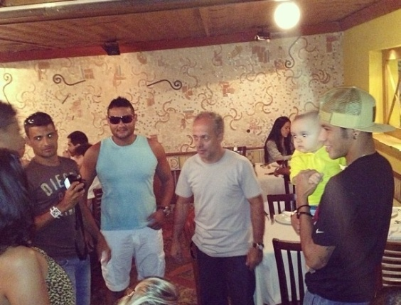 5.mai.2013 - Neymar tira foto com beb em churrascaria no Rio