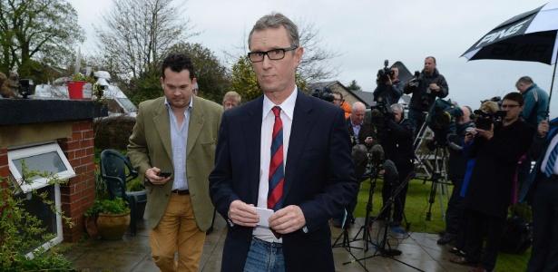O vice-presidente da Câmara dos Comuns no Parlamento britânico, Nigel Evans (centro), deixa coletiva de imprensa, neste domingo (5)