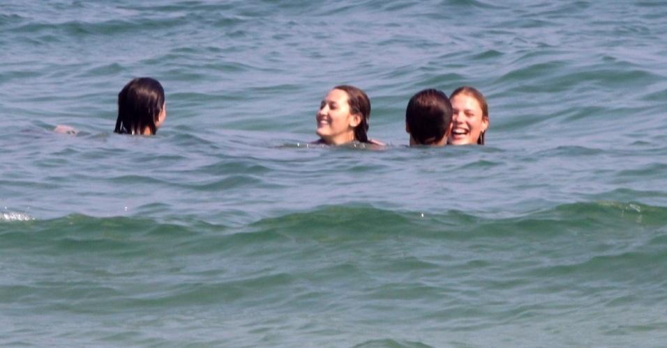 5.mai.2013 - Recém-separado da atriz Deborah Secco, o jogador de futebol Roger Flores e a jogadora de vôlei Betina Schmidt mergulham em praia do Rio