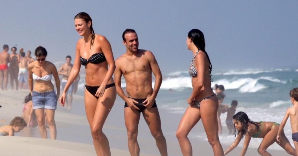 5.mai.2013 - Recém-separado da atriz Deborah Secco, o jogador de futebol Roger Flores vai à praia no Rio. Roger estava acompanhado da jogadora de vôlei Betina Schmidt.