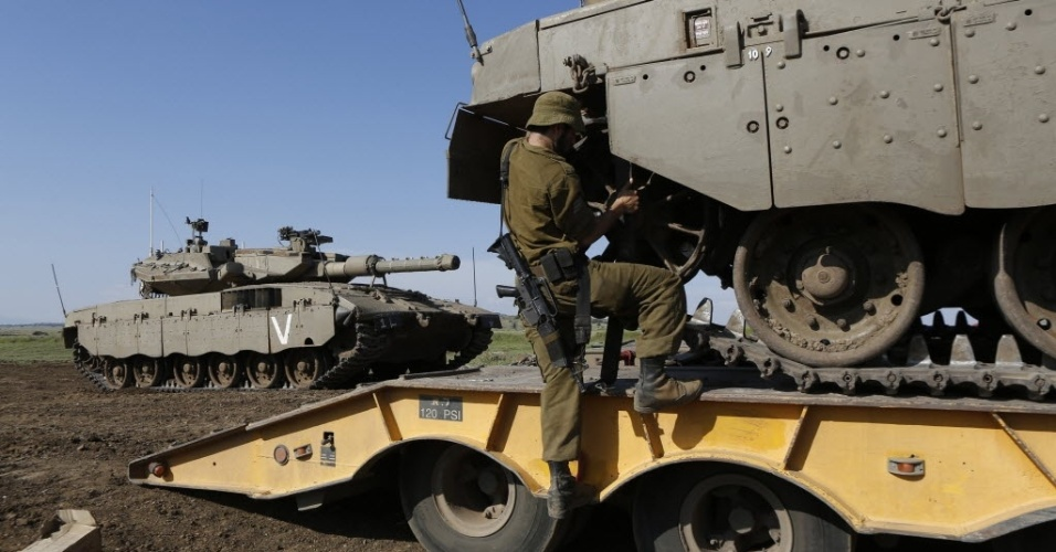5.mai.2013 - Soldado israelense faz ajustes nas correntes de um tanque de guerra perto da fronteira sria com Israel nas montanhas de Gol. O secretrio-geral das Naes Unidas, Ban Ki-moon, alertou sobre informaes de ataques de Israel  Sria, mas disse que a ONU no tinha como confirm-los