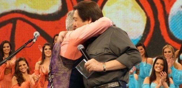 5.maio.2013 - Lulu Santos e Faustão se abraçam no