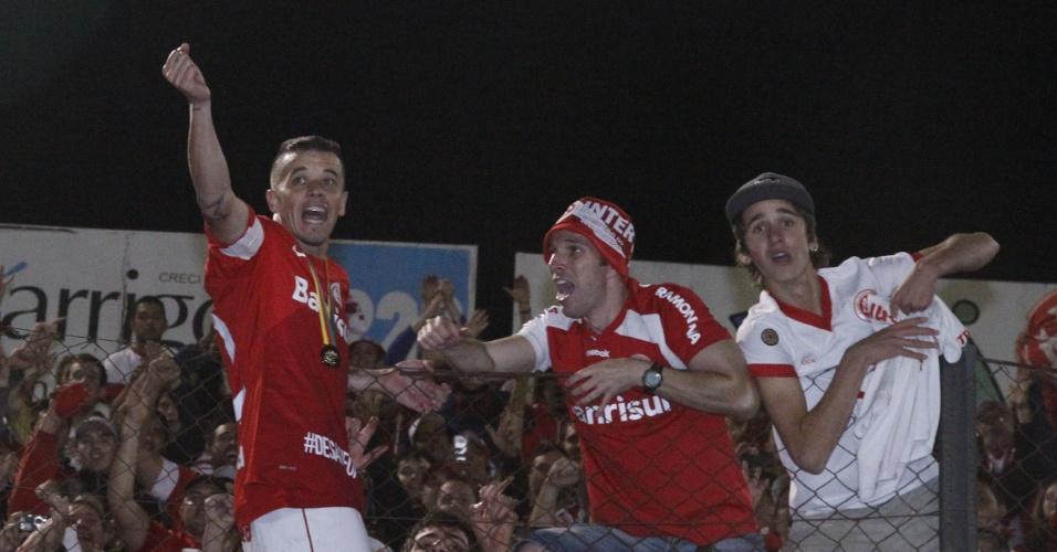 D'Alessandro sobe no alambrado e celebra título do Gauchão com torcedores (05/05/13)