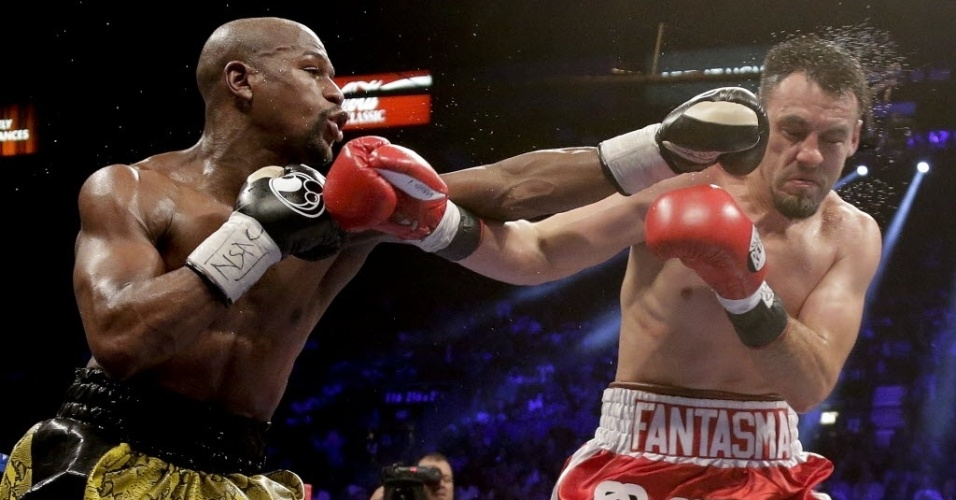 Floyd Mayweather Jr. troca golpes com Robert Guerrero durante luta na Grand Garden Arena, em Las Vegas, na madrugada deste sbado