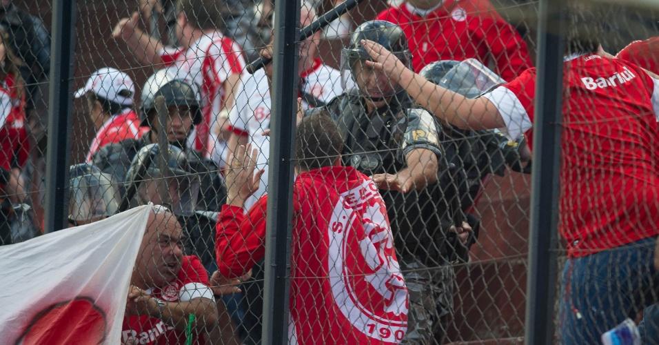 Torcida do Inter briga entre si e polícia contém conflito na final do returno do Gauchão (05/05/2013)