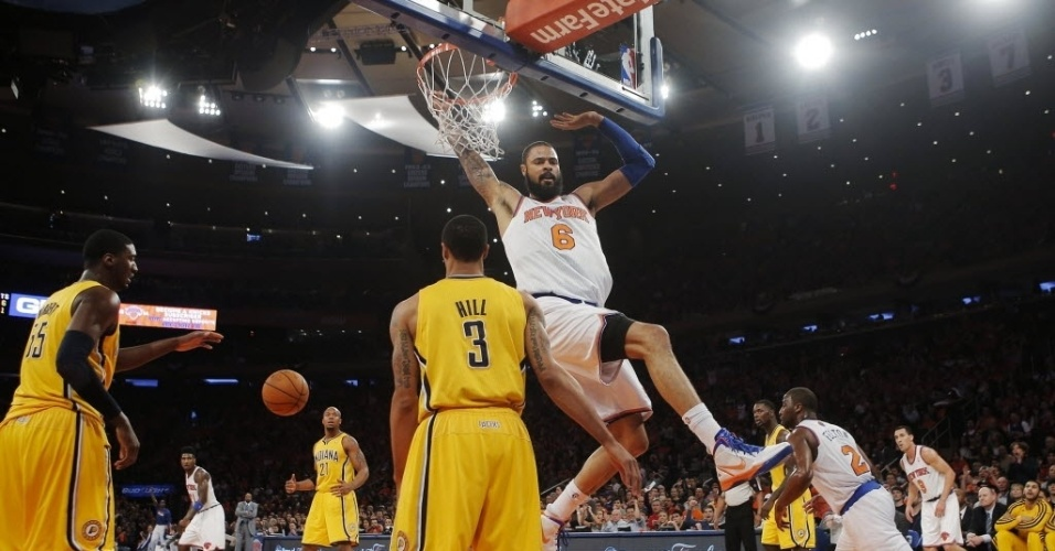 05.mai.2013 - Tyson Chandler d cravada durante a derrota de seu Knicks para os Pacers nos playoffs