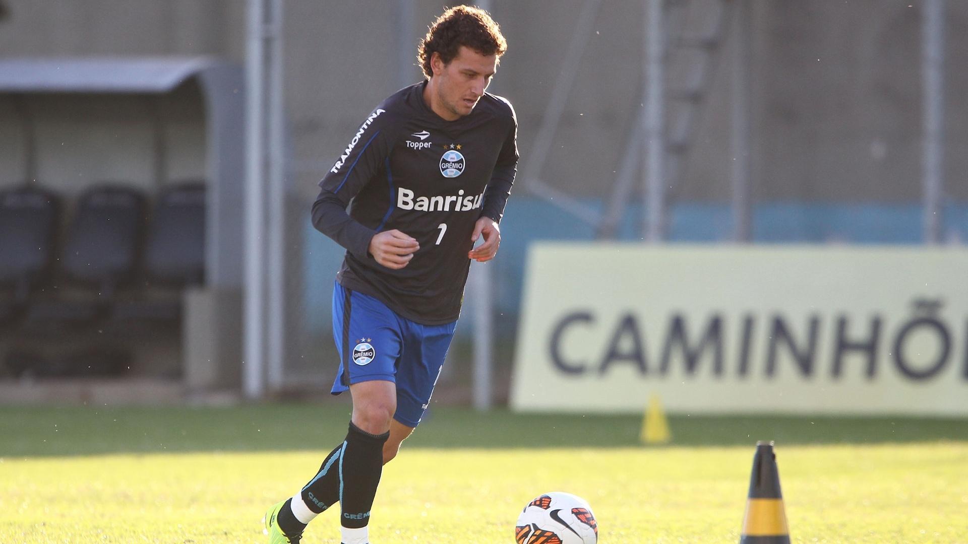 06.mai.2013 - Elano faz trabalho com bola durante treino físico do Grêmio nesta segunda-feira (06/05)