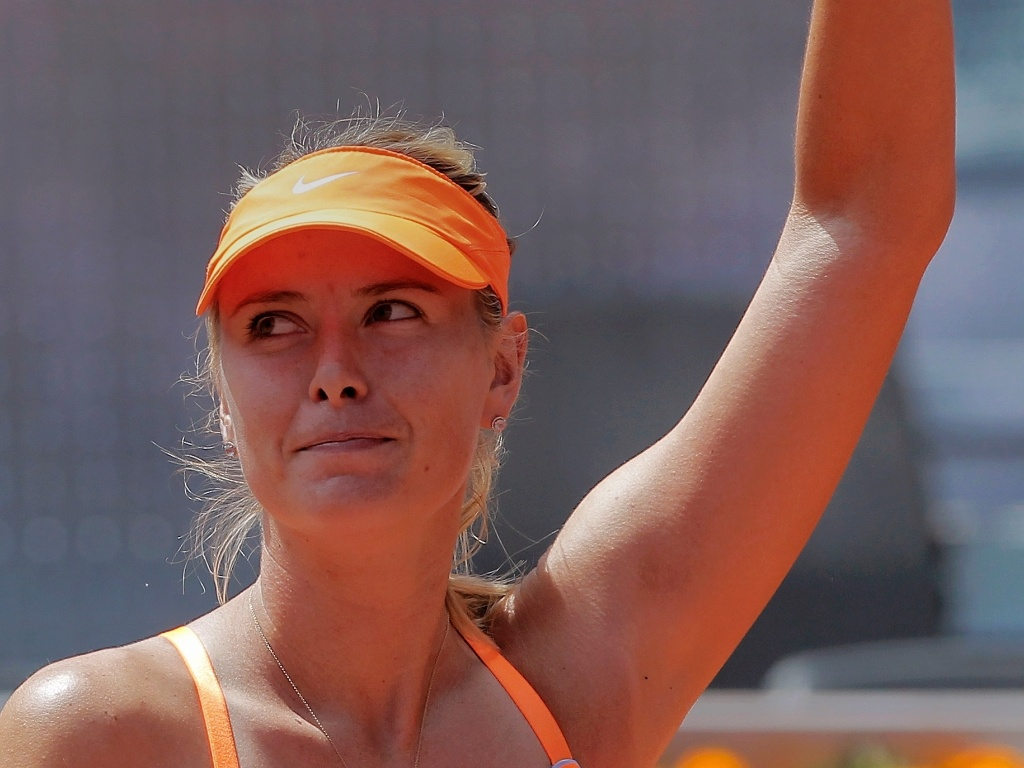 06.mai.2013 - Maria Sharapova cumprimenta o pblico aps vencer na primeira rodada do Torneio de Madri