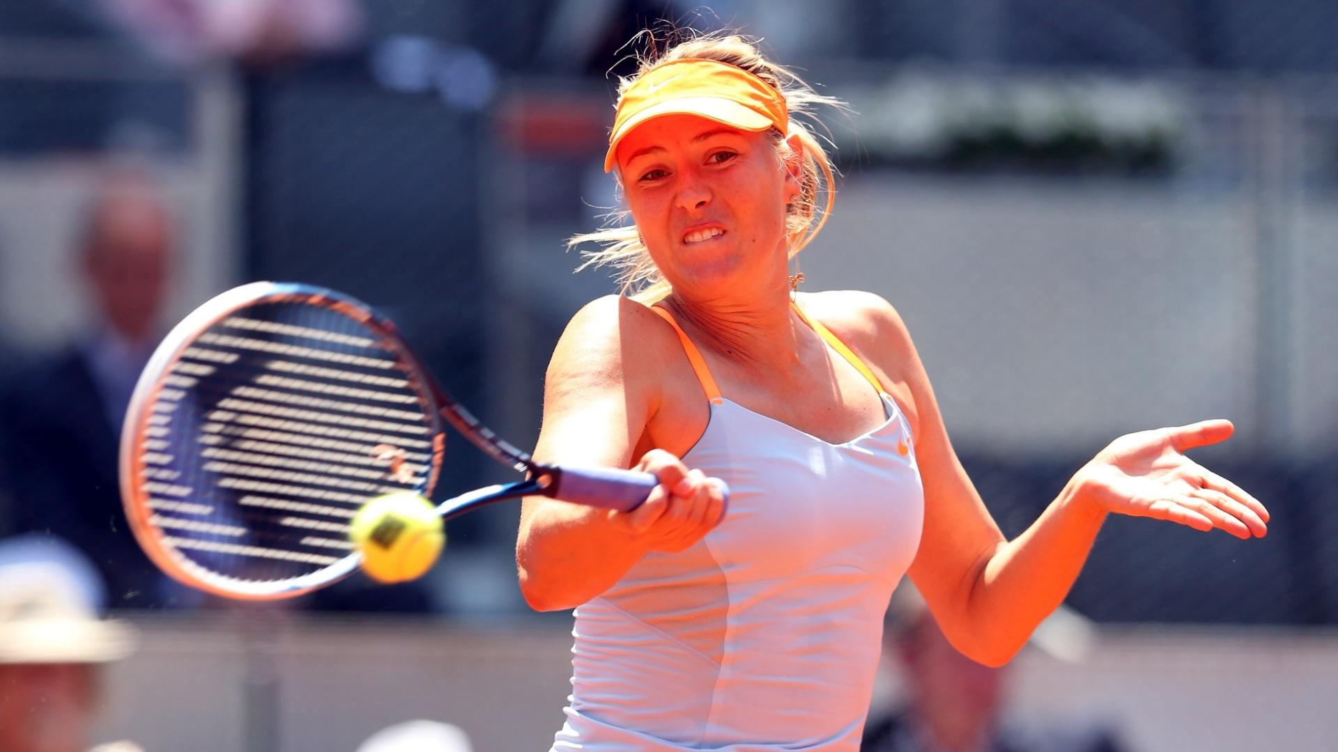 06.mai.2013 - Maria Sharapova rebate durante partida contra Alexandra Dulgheru pelo Torneio de Madri