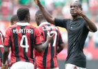 Volante do Milan rouba carto da mo do rbitro e brinca com Balotelli