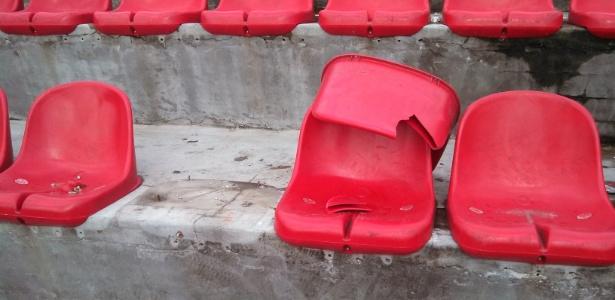 Algumas cadeiras não foram totalmente arrancadas, mas também ficaram danificadas