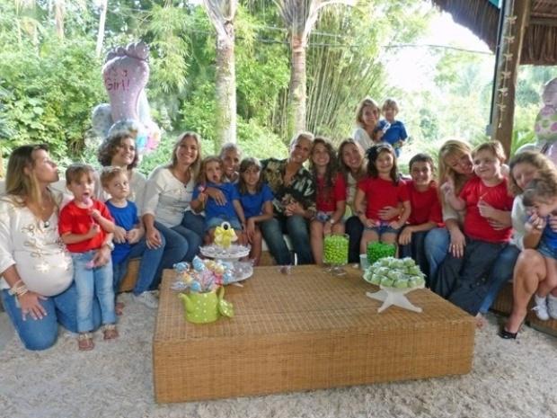 3.mai.2013 - Xuxa se reúne com ex-paquitas que são mães e seus filhos para edição do