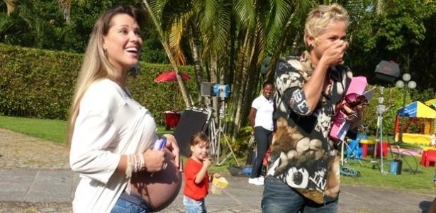 3.mai.2013 - Xuxa se surpreende com movimento de gêmeos na barriga de Roberta Cipriani, a Xiquitita.