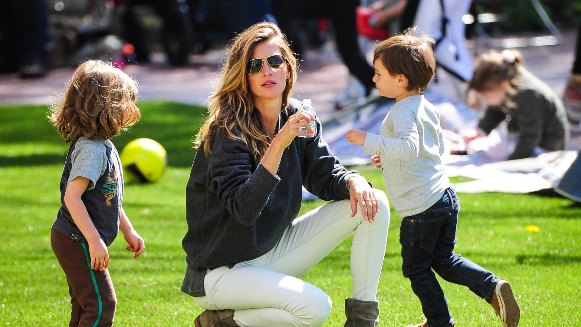 4.mai.2013 - Gisele Bündchen se divertiu com os filhos Benjamin e Vivian (no berço) em um parque em Nova York. A modelo é casada com o jogador Tom Brady