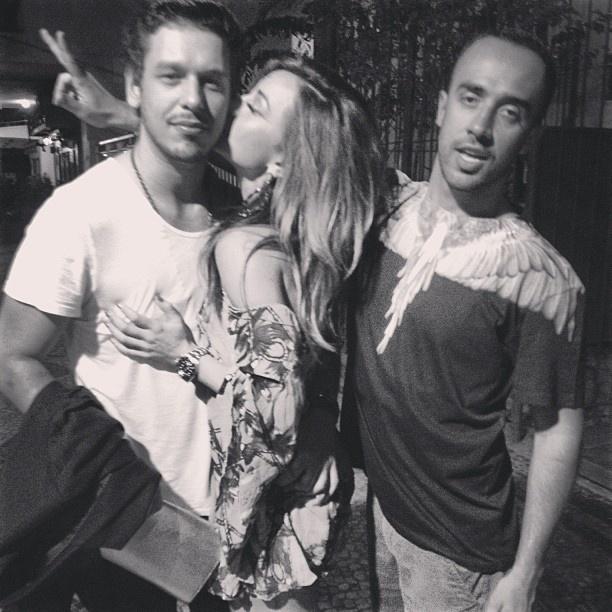5.mai.2013 - Sabrina Sato dá beijo no novo namorado, João Vicente de Castro, ao lado do amigo e stylist Yan Acioli, que publicou a foto em seu Instagram
