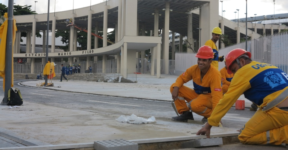 6/5/2013: Operários trabalham em obras do entorno do Maracanã