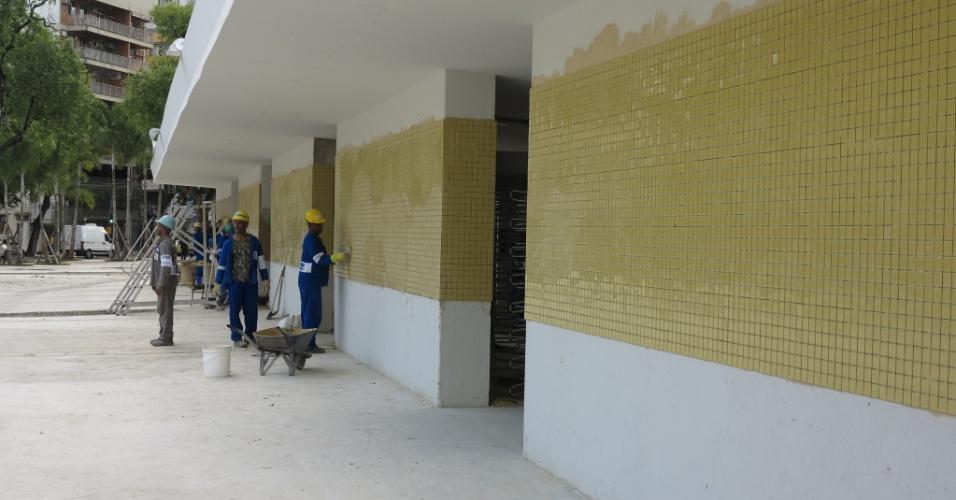 6/5/2013: Operários trabalham no acabamento externo da reforma do Maracanã