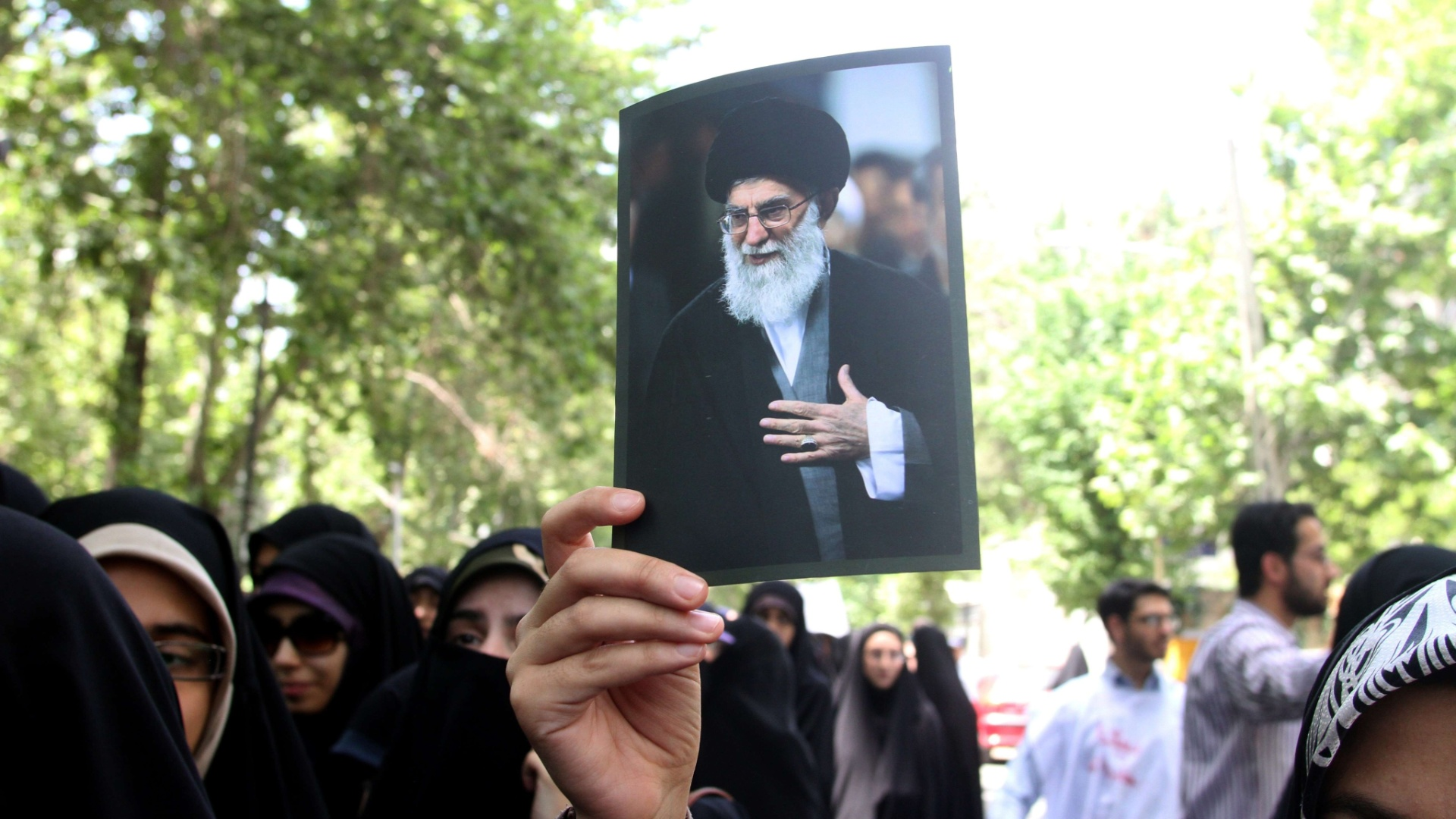 6.mai.2013 - Estudante iraniana segura foto do lder aiatol Ali Khamenei durante protesto contra os ataques israelenses  Sria, em frente do escritrio da ONU, em Teer, no Ir. Em comunicado oficial divulgado na manh desta segunda-feira (6), o Ministrio de Relaes Exteriores iraniano classificou como ?desumanos? os msseis lanados na periferia de Damasco e pediu unio entre os pases islmicos contra as aes militares de Israel