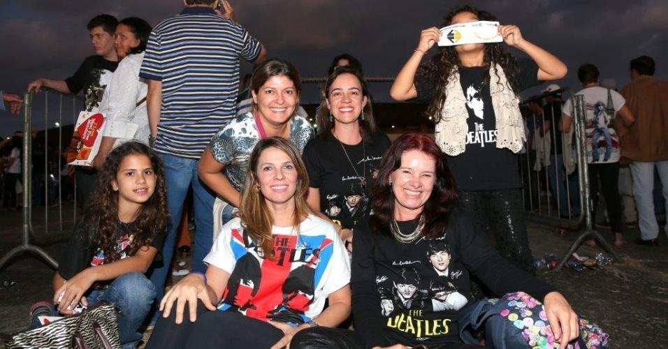 6.mai.2013 - Fãs chegam cedo para a apresentação de Paul McCartney no estádio Serra Dourada em Goiânia