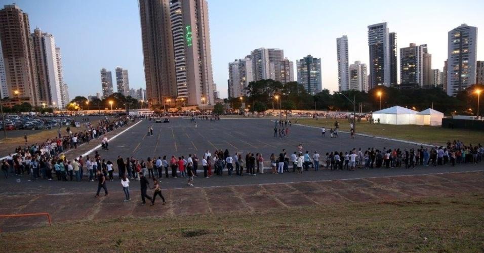 6.mai.2013 - Fila para entrada no Serra Dourada era grande no final da tarde em Goiânia, horas antes do show de Paul McCartney